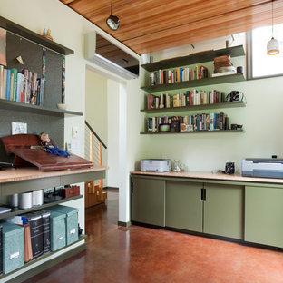 Foto di uno studio minimalista con pareti verdi e pavimento rosso