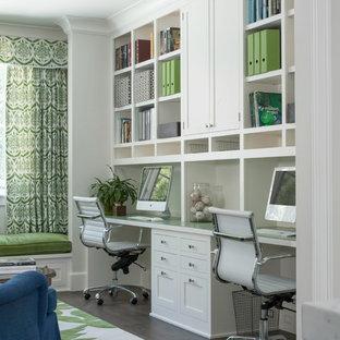 サンフランシスコの中くらいのトランジショナルスタイルのおしゃれな書斎 (白い壁、造り付け机、濃色無垢フローリング) の写真