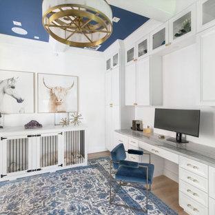 Cette image montre un grand bureau traditionnel avec un mur blanc, un sol en bois clair, un bureau intégré et un plafond à caissons.