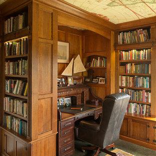 Неиссякаемый источник вдохновения для домашнего уюта: рабочее место в классическом стиле с коричневыми стенами, отдельно стоящим рабочим столом и зеленым полом