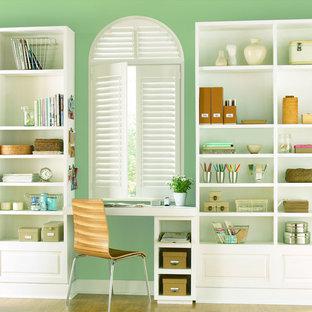 ダラスの中サイズのトラディショナルスタイルのおしゃれな書斎 (緑の壁、暖炉なし、造り付け机) の写真