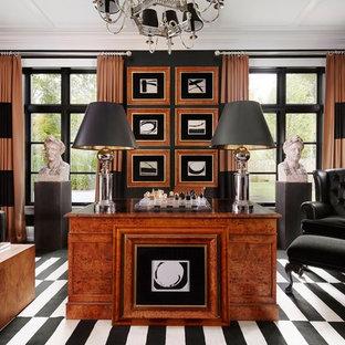 Klassisches Arbeitszimmer mit Arbeitsplatz, schwarzer Wandfarbe und freistehendem Schreibtisch in New York