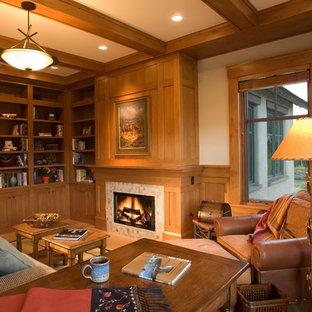 Exempel på ett stort klassiskt arbetsrum, med ett bibliotek, ljust trägolv, en standard öppen spis, en spiselkrans i trä och ett fristående skrivbord