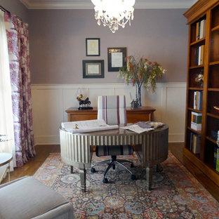 コロンバスの中サイズのトラディショナルスタイルのおしゃれな書斎 (紫の壁、無垢フローリング、暖炉なし、自立型机) の写真