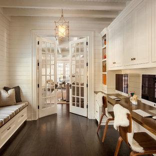 Mittelgroßes Klassisches Arbeitszimmer mit Arbeitsplatz, weißer Wandfarbe, dunklem Holzboden und Einbau-Schreibtisch in New York