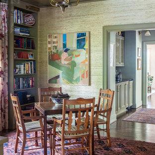 Aménagement d'un bureau classique avec un mur multicolore, un sol en bois foncé, un plafond en lambris de bois et du papier peint.