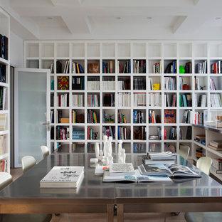 Cette image montre un bureau minimaliste avec un mur blanc et un bureau indépendant.
