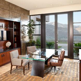 На фото: рабочее место среднего размера в современном стиле с отдельно стоящим рабочим столом и полом из травертина с