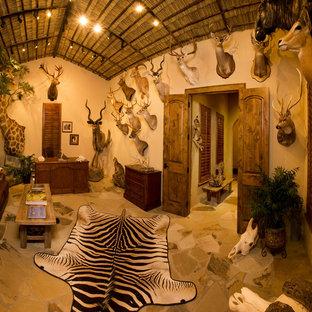 ダラスのラスティックスタイルのおしゃれな書斎 (ベージュの壁、スレートの床、暖炉なし、自立型机) の写真
