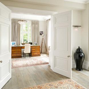 ロンドンのヴィクトリアン調のおしゃれな書斎 (ベージュの壁、淡色無垢フローリング、自立型机、ベージュの床) の写真