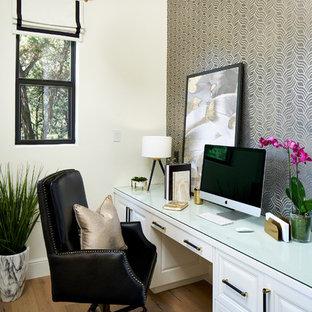 Mittelgroßes Klassisches Arbeitszimmer mit Arbeitsplatz, hellem Holzboden, Einbau-Schreibtisch und bunten Wänden in Austin