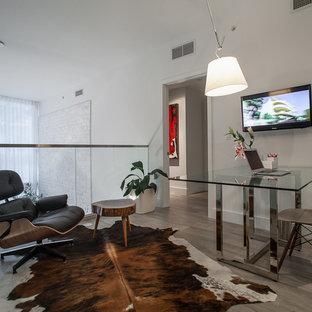 マイアミの小さいモダンスタイルのおしゃれなアトリエ・スタジオ (セラミックタイルの床、暖炉なし、自立型机) の写真