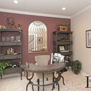 Ispirazione per un ufficio chic con pareti viola, moquette, scrivania autoportante e pavimento beige