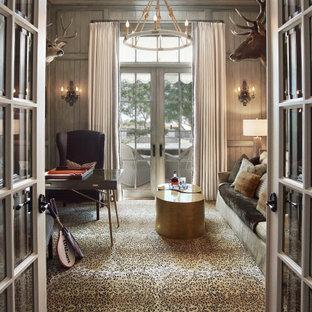 フェニックスの中くらいのトランジショナルスタイルのおしゃれなホームオフィス・書斎 (ライブラリー、無垢フローリング、自立型机、茶色い床、板張り壁、暖炉なし) の写真