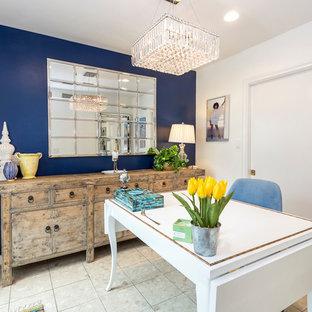 Пример оригинального дизайна: маленький кабинет в стиле современная классика с местом для рукоделия, синими стенами, отдельно стоящим рабочим столом, полом из травертина и бежевым полом без камина
