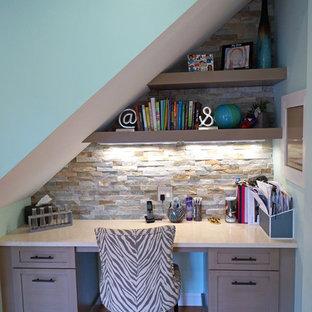 ボストンの小さいエクレクティックスタイルのおしゃれな書斎 (青い壁、濃色無垢フローリング、暖炉なし、造り付け机) の写真