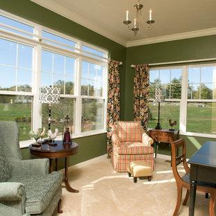 シンシナティの中サイズのトラディショナルスタイルのおしゃれな書斎 (緑の壁、カーペット敷き、自立型机、ベージュの床) の写真