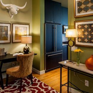 Idee per un ufficio design di medie dimensioni con pareti verdi, parquet chiaro, nessun camino e scrivania autoportante
