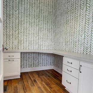 グランドラピッズの小さいカントリー風おしゃれなクラフトルーム (緑の壁、無垢フローリング、造り付け机、茶色い床) の写真
