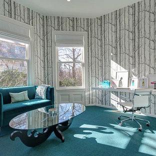 Modelo de despacho contemporáneo, de tamaño medio, sin chimenea, con paredes multicolor, moqueta, escritorio empotrado y suelo turquesa