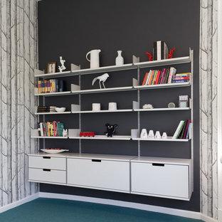 中サイズのコンテンポラリースタイルのおしゃれな書斎 (マルチカラーの壁、カーペット敷き、暖炉なし、造り付け机、青い床) の写真