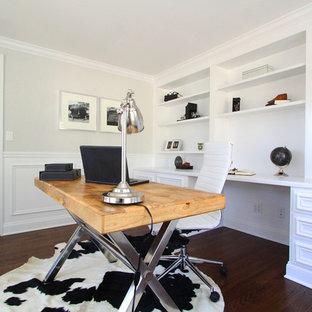 Esempio di uno studio moderno di medie dimensioni con pareti grigie, parquet scuro, nessun camino e scrivania autoportante