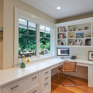 Réalisation d'un bureau craftsman de taille moyenne avec un mur blanc, un sol en bois brun, un bureau intégré et aucune cheminée.