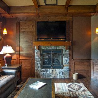 シアトルのラスティックスタイルのおしゃれなホームオフィス・書斎 (濃色無垢フローリング、横長型暖炉、石材の暖炉まわり、造り付け机) の写真