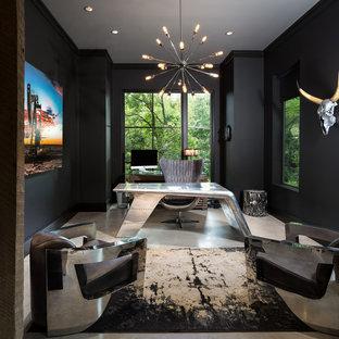 ダラスの中くらいのインダストリアルスタイルのおしゃれな書斎 (黒い壁、コンクリートの床、自立型机) の写真