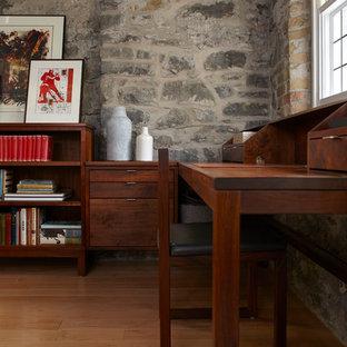 トロントの中サイズのインダストリアルスタイルのおしゃれなホームオフィス・仕事部屋 (ライブラリー、グレーの壁、淡色無垢フローリング、暖炉なし、造り付け机、ベージュの床) の写真