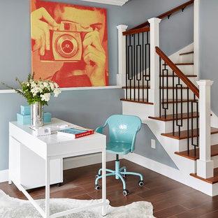 Esempio di uno studio classico con pareti blu, scrivania autoportante, pavimento in gres porcellanato, nessun camino e pavimento marrone