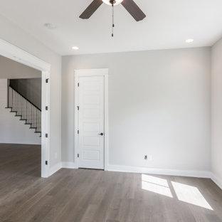 ナッシュビルの広いカントリー風おしゃれなホームオフィス・書斎 (グレーの壁、クッションフロア、暖炉なし、茶色い床) の写真