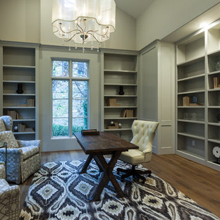 Inspiration för mycket stora klassiska hemmabibliotek, med grå väggar, ljust trägolv, ett fristående skrivbord och brunt golv