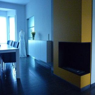 他の地域の大きいモダンスタイルのおしゃれなアトリエ・スタジオ (黄色い壁、標準型暖炉、石材の暖炉まわり、造り付け机) の写真