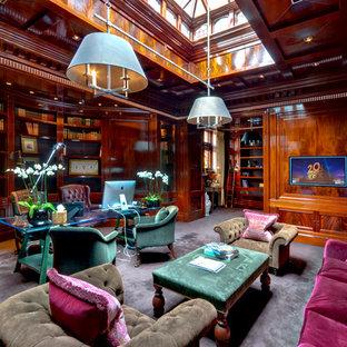 Aménagement d'un très grand bureau classique avec un mur marron, moquette, aucune cheminée et un bureau indépendant.