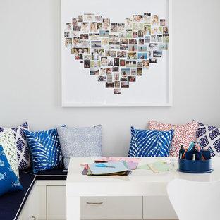 Идея дизайна: кабинет в морском стиле с серыми стенами, светлым паркетным полом и отдельно стоящим рабочим столом