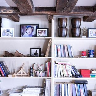 Idée de décoration pour un bureau champêtre de taille moyenne et de type studio avec un mur beige, moquette, un bureau indépendant et un sol vert.
