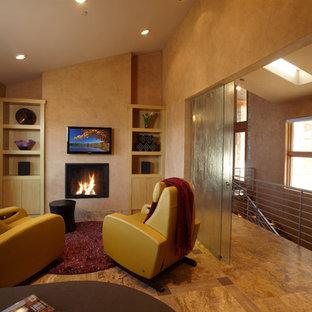 Ispirazione per uno studio contemporaneo con pareti marroni, camino classico e scrivania autoportante