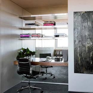 Ejemplo de despacho actual, pequeño, con moqueta, escritorio empotrado y suelo negro