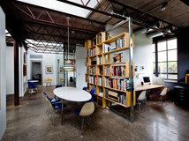 bureau de la semaine un studio merge d un entrep t en parpaings. Black Bedroom Furniture Sets. Home Design Ideas