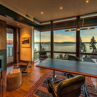 サクラメントの広いラスティックスタイルのおしゃれな書斎 (ベージュの壁、無垢フローリング、標準型暖炉、金属の暖炉まわり、造り付け机、茶色い床) の写真