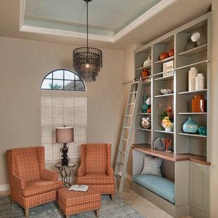 マイアミの中くらいのトランジショナルスタイルのおしゃれな書斎 (ベージュの壁、トラバーチンの床、暖炉なし、ベージュの床) の写真