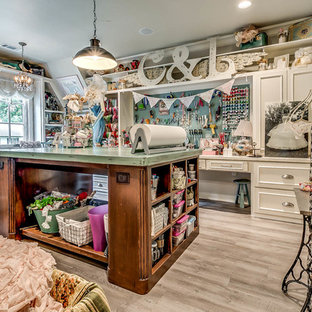 На фото: большой кабинет в стиле шебби-шик с местом для рукоделия, светлым паркетным полом, встроенным рабочим столом и серыми стенами без камина с
