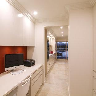 Ispirazione per un piccolo ufficio moderno con nessun camino, scrivania incassata, pareti beige e pavimento in gres porcellanato