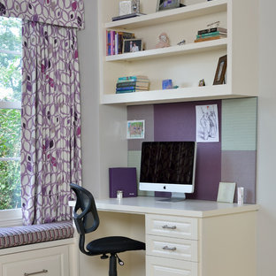 Idéer för att renovera ett litet vintage hemmabibliotek, med heltäckningsmatta, ett inbyggt skrivbord och lila väggar