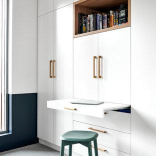 シドニーの中くらいの北欧スタイルのおしゃれなホームオフィス・書斎 (白い壁、カーペット敷き、グレーの床) の写真