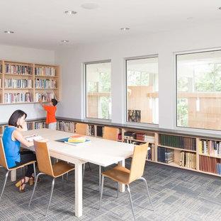 Diseño de despacho actual, grande, sin chimenea, con paredes blancas, moqueta, escritorio independiente y suelo blanco