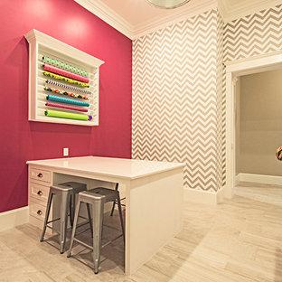ダラスのトラディショナルスタイルのおしゃれなクラフトルーム (ピンクの壁、暖炉なし、造り付け机、白い床) の写真