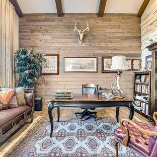 Idées déco pour un bureau montagne avec un mur marron, un sol en bois brun, un bureau indépendant et un sol marron.