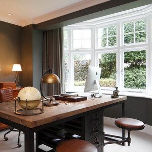 ロンドンの広いトランジショナルスタイルのおしゃれな書斎 (緑の壁、カーペット敷き、標準型暖炉、木材の暖炉まわり、自立型机、ベージュの床) の写真